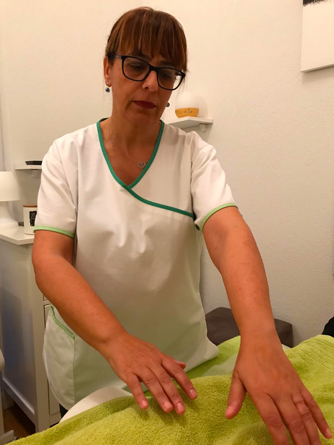 Daniela Hummel fait un soin Reiki dans son cabinet à Yverdon-les-Bains en Suisse